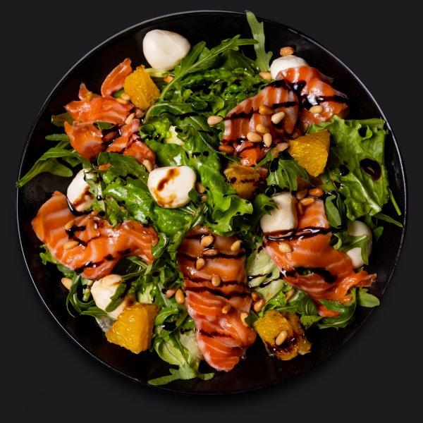 Салат с лососем и мини-моцареллой