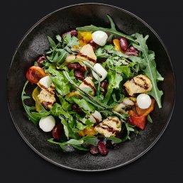 Тёплый салат с курицей и фасолью