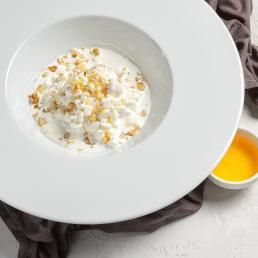 Зерненый творог с медом и орехами