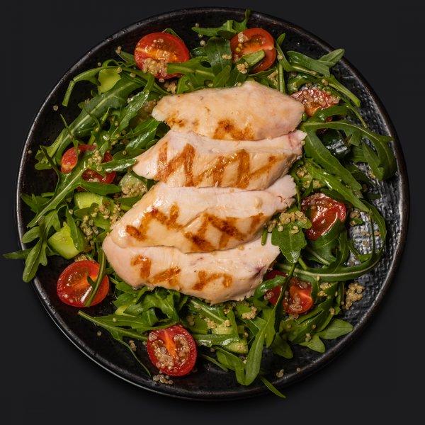Салат с киноа и куриной грудкой