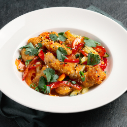 Салат с овощами и цыпленком попкорн