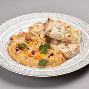 Хумус с лепёшкой закуска из пюре нута с кунжутной пастой, оливковым маслом и чесноком