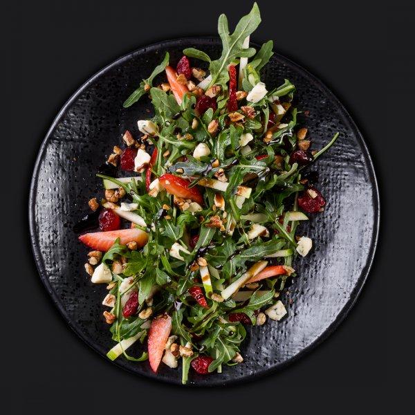 Салат с клубникой и сыром рокфорти