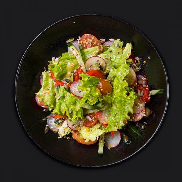 Овощной салат с семечками и горчичным дрессингом