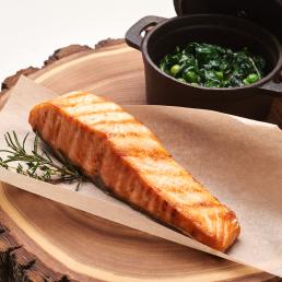 Стейк из лосося на гриле с зелёным гарниром