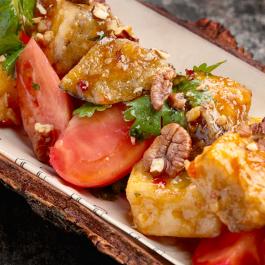 Хрустящие баклажаны в кисло-сладком соусе с томатом и орехом пекан