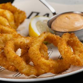 Хрустящие кольца кальмара с соусом Руй