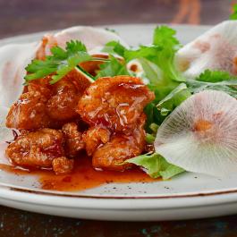 Мясо бедра цыплёнка в панировке с дайконом