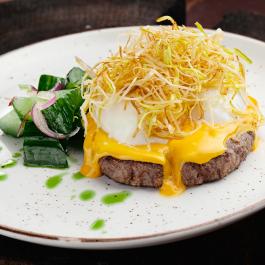 Бифштекс из Алтайской говядины с яйцом пашот и соусом чеддер