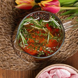 Иван-чай с пряными травами и вареньем из шишек