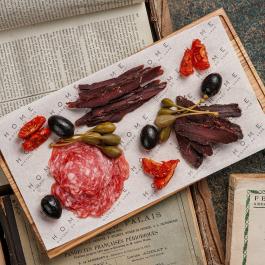 Вяленое мясо с каперсами и оливками