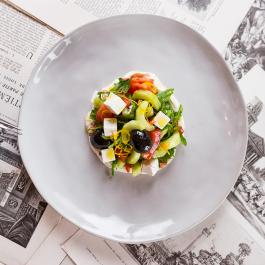 Греческий салат с кремом фетаки и ошкуренными огурчиками