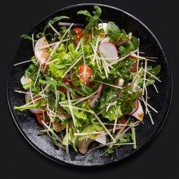 Зелёный салат с копчёной курицей и овощами