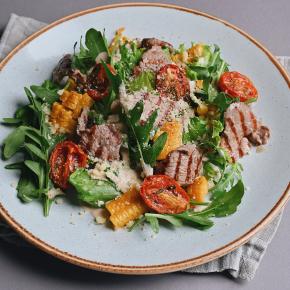Салат с говяжьей вырезкой, кукурузой гриль и пармезаном