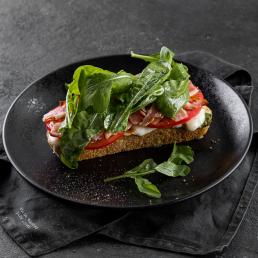 Тост с сулугуни, беконом и томатом