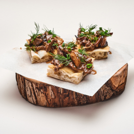 Брускетта с белыми грибами и телятиной