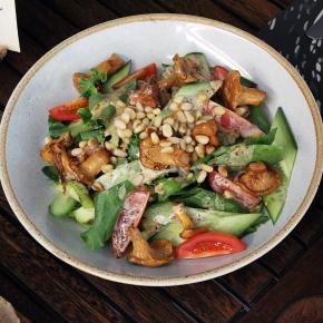 Салат с жареными лисичками, овощами под кунжутной заправкой