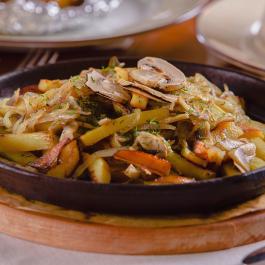 Картофель жареный с  белыми грибами и шкварками