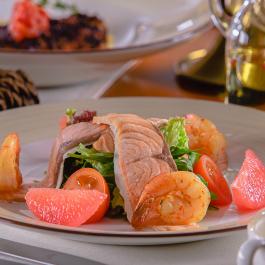Салат из запеченного лосося и тигровых креветок с теплой сливочно-ореховой заправкой