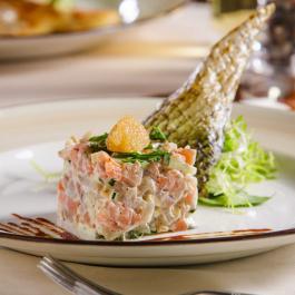 Салат из речных рыб слабой соли  с омулевой икрой, и заправкой из белых грибов