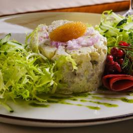 Салат с копченым омулем, икрой и соусом «Капри»