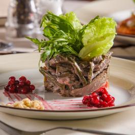 Салат с папоротником и олениной с заправкой из северных ягод