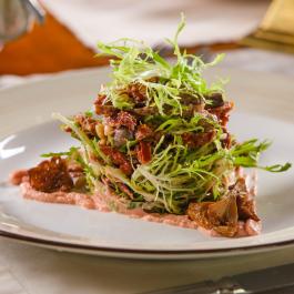 Теплый салат из куриных потрашков с подсушенными томатами и имбирным соусом