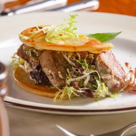 Теплый сэндвич из телятины с зеленью