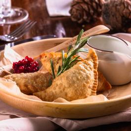 Якутские пирожки с гусиной печенью, мясом лося, щековиной и картофелем