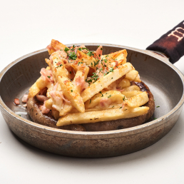 Колбаски братвурст с картофелем фри и беконом под сыром