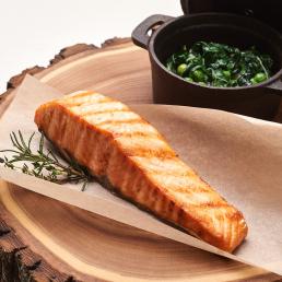 Стейк лосося на гриле с зелёным гарниром