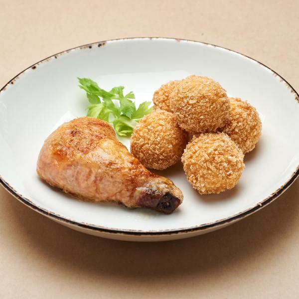 Куриная ножка с картофельными крокетами и сальсой