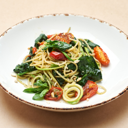 Паста со шпинатом и вялеными томатами, с соусом песто
