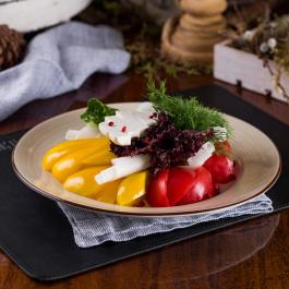 Свежие овощи с брынзой и зеленью