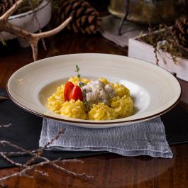 Кролик с грибами, беконом и картофельным пюре и ароматом белого трюфеля