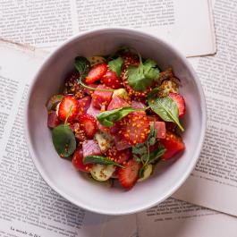 Севиче из тунца с клубникой и маринованными томатами