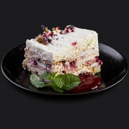 Меренговый торт с малиновым соусом