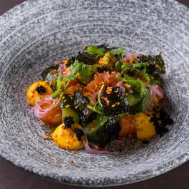 Севиче из лосося с маринованным огурцом и соусом юдзу