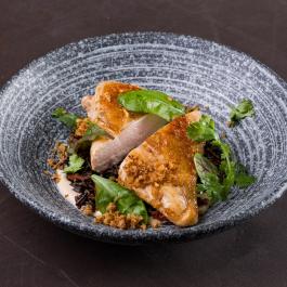 Куриная грудка су-вид с диким рисом и луком фри