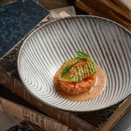 Тартар из фарерского лосося с авокадо