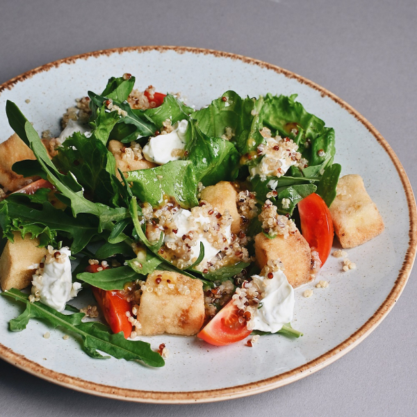 Салат с баклажаном фри, сливочным сыром и киноа