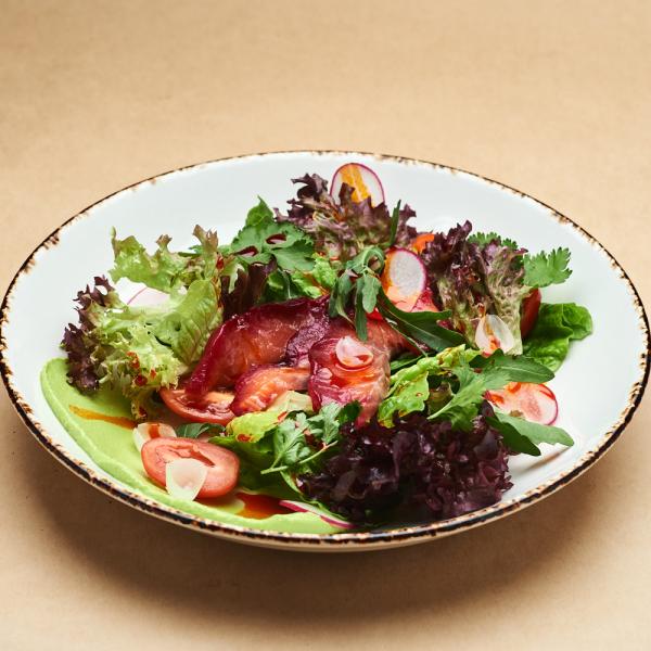Зелёный салат с форелью гравлакс и гуакомоле