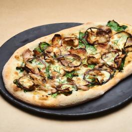 Пицца с индейкой, картофелем, шпинатом и вёшенками