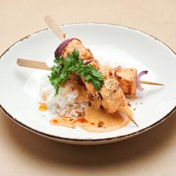 Шашлычки из лосося с соусом том ям и рисом жасмин