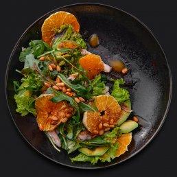 Салат с цыплёнком, авокадо и мандарином
