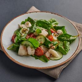 Салат с зубаткой сувид и копченым сырным кремом