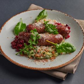 Домашние колбаски с пюре из шпината
