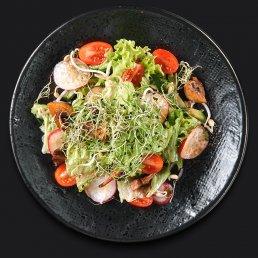 Салат с ростками, шампиньонами и томатами