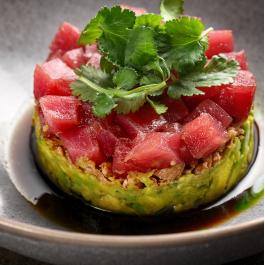 Тартар из тунца с авокадо и соусом понзу