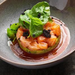 Тартар из лосося с авокадо и томатным гаспачо